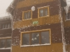 Koniec :) - schronisko pod Rysianką tonie we mgle. W oknie macha nam skitourowec Michał :)